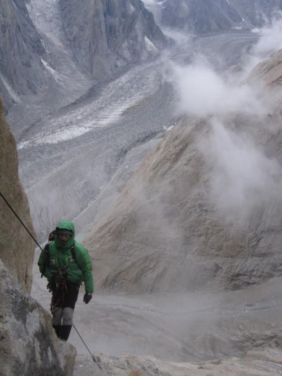 Alex escalando con algo de mejor tiempo